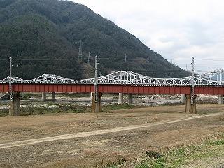 道路と並行する鉄橋